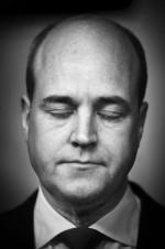 Fredrik Reinfeldt tittar på TV