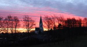 Solen går upp över kyrkan